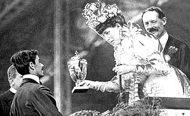 la regina Alessandra premia lo sfortunato atleta