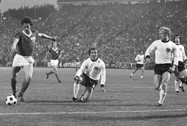 Jürgen Sparwasser sta per realizzare il gol decisivo