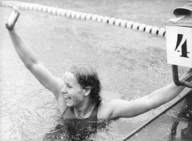 Kornelia Ender dopo una vittoria (© Bundesarchiv)