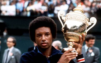 Arthur Ashe col trofeo di Wimbledon (da Mondo Nuovo)