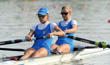 Sara e Claudia in azione ( © Canottaggio.org)