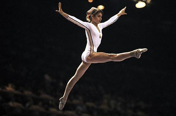 Nadia Comăneci al corpo libero (© Getty Images)