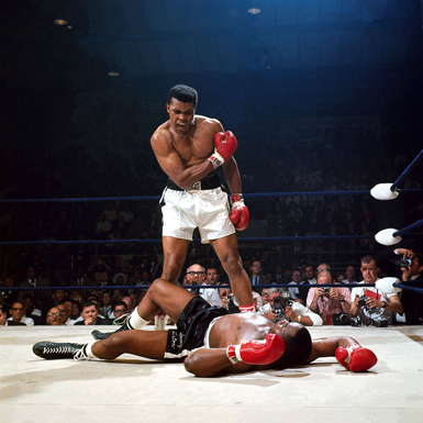 Ali incita Sonny Liston a rialzarsi e combattere (© AP Photo/John Rooney)