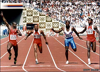 Ben Johnson taglia il traguardo. Carl Lewis è battuto (© Getty Images)