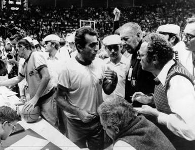 gli arbitri spiegano a Hank Iba (in giacca scura) le loro decisioni (© AP)