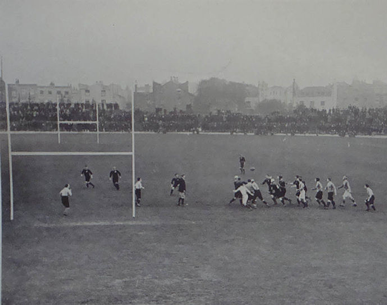 "gli All Blacks contro il Middlesex a Stamford Bridge nel 1905 (da ""The Complete Rugby Footballer"" by D. Gallaher & W. J. Stead - published by Methuen, London, 1906 first edition)"