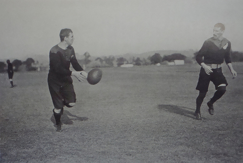 "gli All Blacks durante la loro tournée del 1905 (da ""The book of Football: A Complete History and Record of the Association and Rugby Games"" - The Amalgated Press, 1906)"