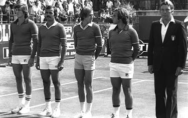 da sinistra: Adriano Panatta, Antonio Zugarelli, Corrado Barazzutti, Paolo Bertolucci e Nicola Pietrangeli