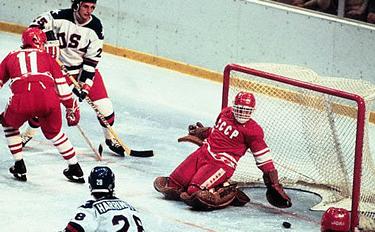 il goalie sovietico tenta di opporsi agli attacchi avversari