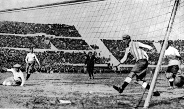 il primo gol di Pablo Dorado nella finale contro l'Argentina (1930)