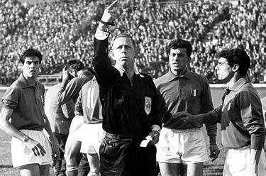 l'arbitro Ken Aston durante Cile-Italia del 1962