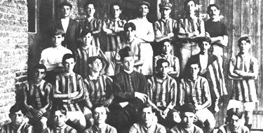 Padre Lorenzo Massa con i suoi giocatori (© San Lorenzo)