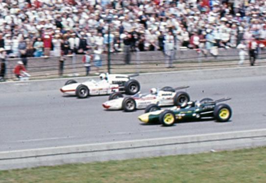 Jim Clark (in primo piano) sulla pista di Indianapolis
