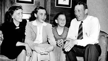 Wooden con la moglie Nellie e i figli (1948) (© AP)