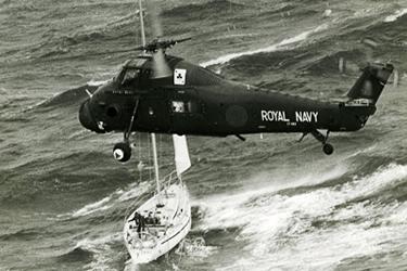 un elicottero della Royal Navy presta soccorso a un'imbarcazione