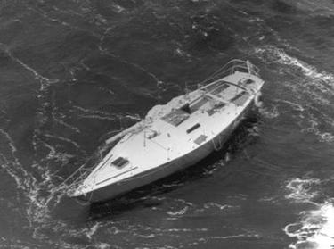 un'imbarcazione disalberata