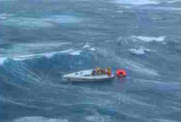 un'imbarcazione in balia delle onde