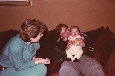 Denis scherza con la nipote e la sorella