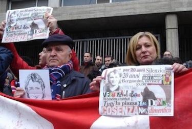 Donata e il padre Domizio a una manifestazione per Denis