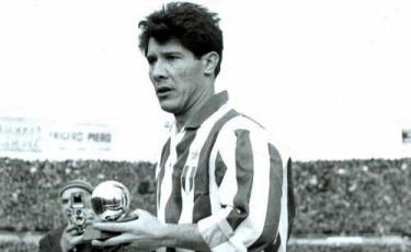 Omar Sivori con il Pallone d'oro vinto nel 1961 (ftbro.com)