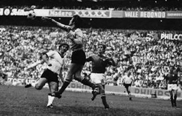 Albertosi in azione nel corso di Italia-Germania 4-3
