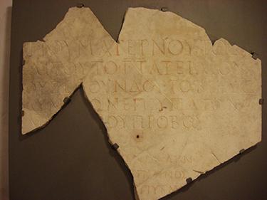 Frammento di lastra ritrovato a Napoli