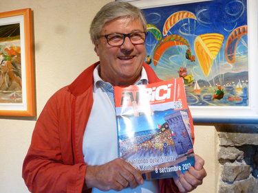 """Tiziano Cantoni mostra l'opera dedicata alla Granfondo Cinque Terre in copertina alla rivista """"inBici"""""""