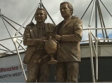 La statua che celebra l'amicizia tra Clough e Taylor in