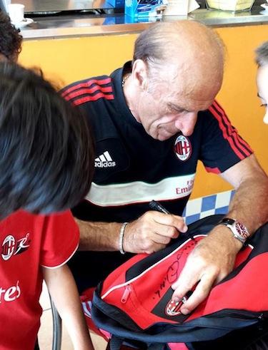Prati firma lo zaino dei ragazzi del Milan Junior Camp