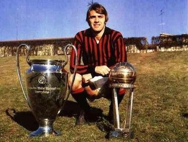 Pierino Prati posa con i trofei conquistati al Milan