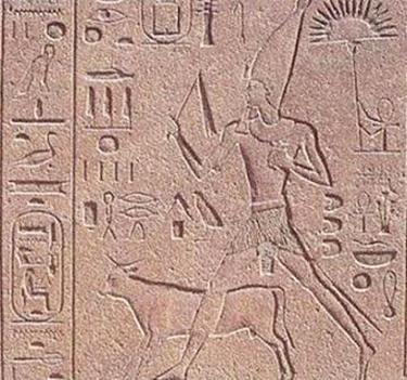 Contrariamente alla tradizione, Hatshepsut corse l' Heb-Sed nel 16° anno di regno (Karnak, Cappella Rossa)