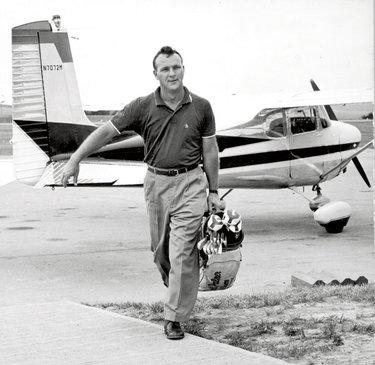 Arnold Palmer si porta le mazze (©JEsquire)