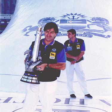 Giuliano Gando solleva il Virgin Trophy (Courtesy of Giuliano Gando)