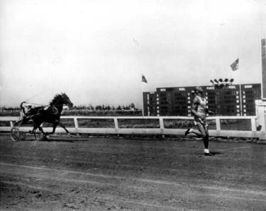 Jesse Owens gareggia contro un cavallo in corsa durante un evento sportivo (blogspot.com)