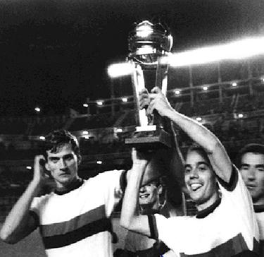 Suarez e Facchetti alzano la Coppa. Dietro sulla destra Capitan Picchi.