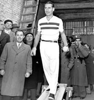 Augusto Manzo attorniato dai tifosi