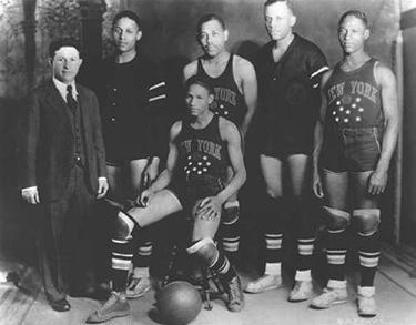 Abe Saperstein e una delle prime formazioni degli Harlem