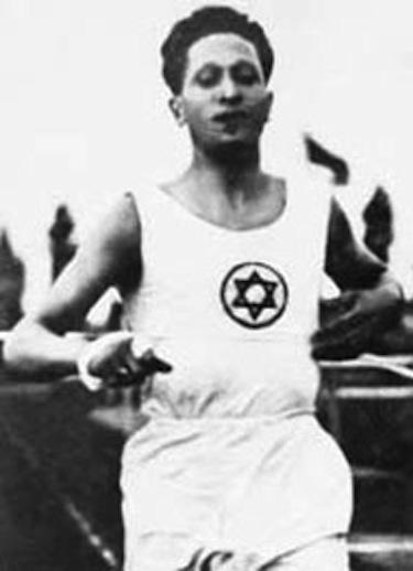 Elias Katz corre con la croce ebraica della divisa del Maccabi