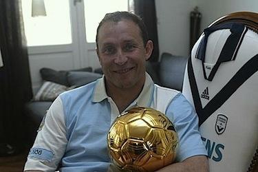 Jean Pierre Papin posa con il suo Pallone d'Oro