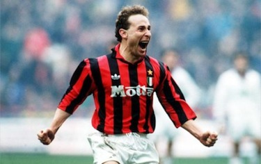 Papin esulta dopo un gol co la maglia del Milan