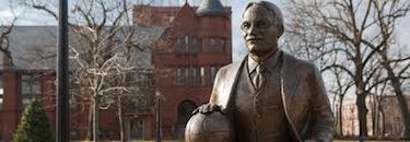 La statua di Naismith nel college di Springfield oggi a lui intitolato