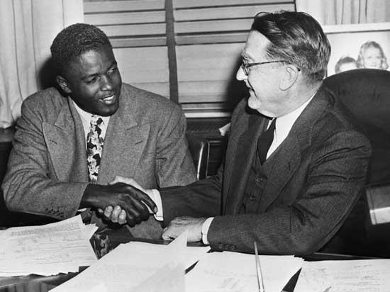 Robinson e Branch si stringono la mano nel 1948 (© Corbis)