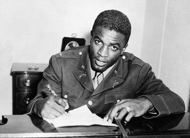 Il tenente Robinson il 23 ottobre 1945 firma per i Montreal Royals