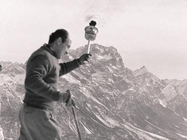 1956: Zeno Colò sta per entrare a Cortina con la fiaccola olimpica (CIO)