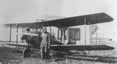 la Earhart col suo primo aereo, un Kinner Airster