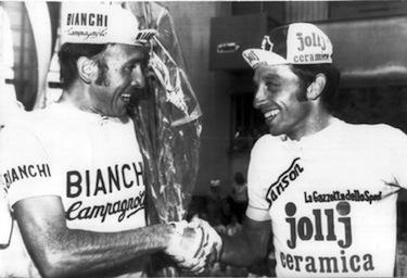 La maglia rosa Fausto Bertoglio riceve le congratulazioni di Felice Gimondi