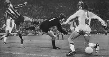 Cruijff nell'azione in cui sigla il gol contro l'Inter