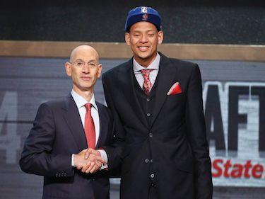Isaiah con Adam Silver durante la cerimonia del Draft