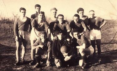 Un giovanissimo Pasolini (il primo a sinistra) con la Sangiovannese calcio