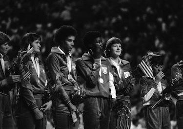 Flo riceve la medaglia d'argento ai Giochi di Los Angeles